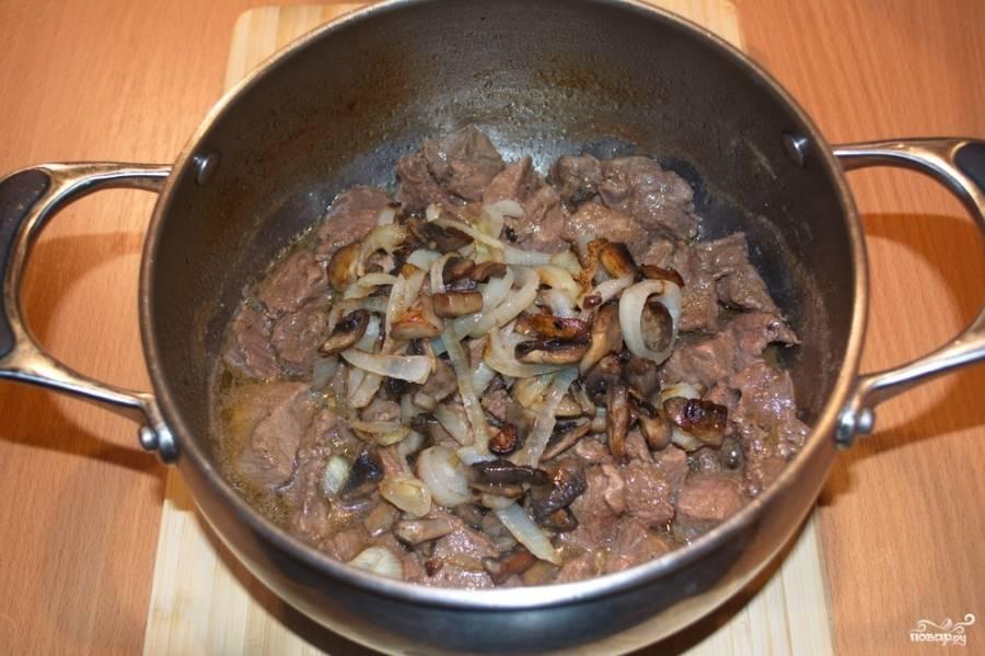 Когда вода хорошо уварится, добавьте обжаренные грибы.