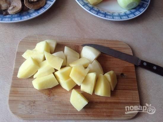 Нарезаем картофель на кусочки среднего размера.