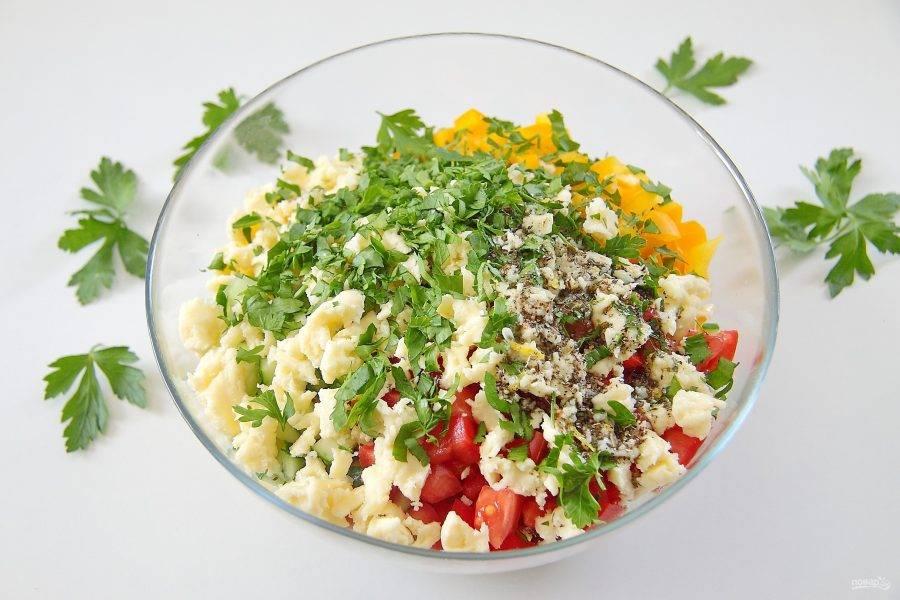8. Добавьте измельченную зелень и сыр. У меня был сыр моцарелла, я его просто раскрошила руками, любой другой можете просто нарезать кубиками, как овощи. Добавьте оставшуюся заправку и все хорошо перемешайте.