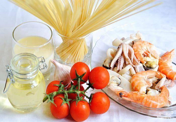 Вот наши ингредиенты. Начинаем стандартно - варим спагетти так, как указано на упаковке.