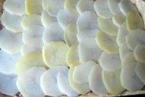 Сверху красиво выкладываем картофель.
