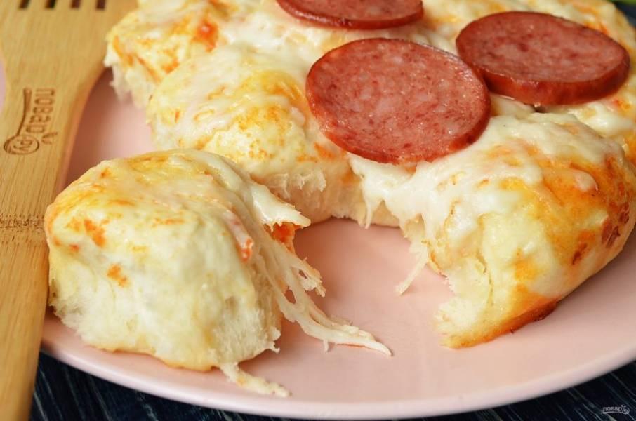 Открывайте кусочки пиццы, макайте в томатный соус и наслаждайтесь!