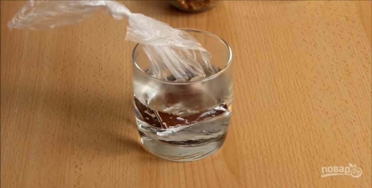 Растопите шоколад, поместите его в пакетик залейте горячей водой, но не кипятком. Оставьте шоколад в стакане на 7-10 минут.