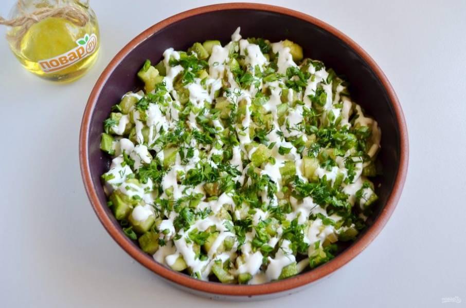 4. Переложите овощи в огнеупорную тару для запекания, добавьте любимых специй, если хотите. Полейте сметаной, посыпьте рубленной зеленью.