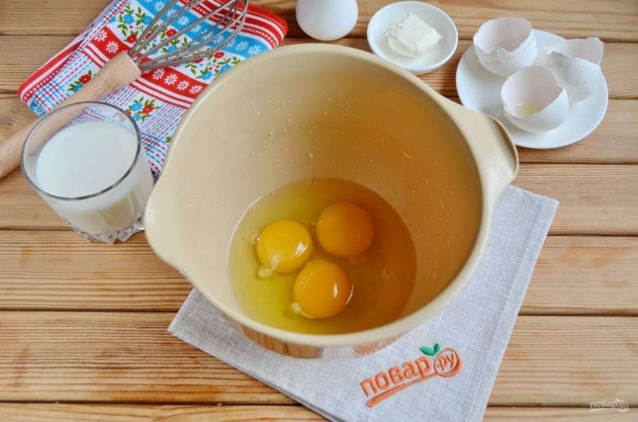 Разбейте в мисочку яйца. Добавьте пару щепоток соли.
