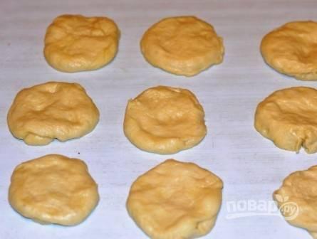 Стол или доску слегка смажем растительным маслом и из кусочков теста делаем лепешки.