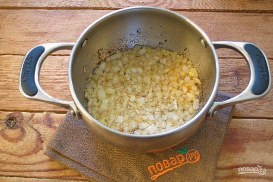 Лук должен стать мягким и слегка румяным. По мере обжаривания лук выделит влагу, вберет мясной аромат от бекона.