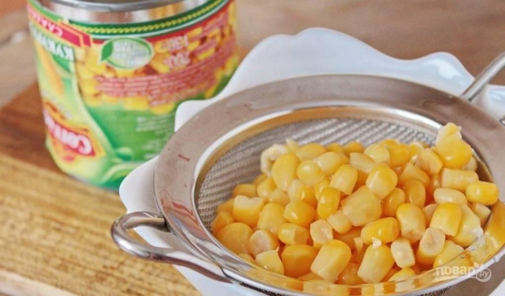 Откройте банку с кукурузой. Слейте лишнюю жидкость или просто откиньте зерна кукурузы на дуршлаг.
