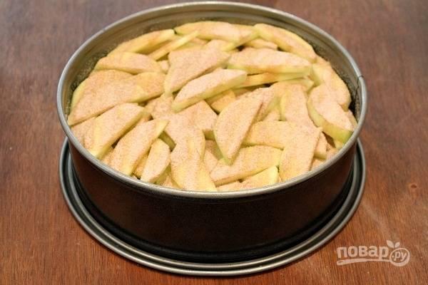 2. Вот так должно получиться в результате. Немного сахара смешайте с корицей и присыпьте яблоки. Для приготовления теста взбейте яйца с сахаром, добавьте сливочное масло, муку и ванильный экстракт.