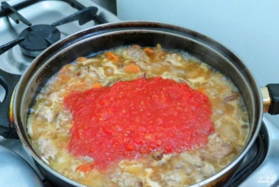 Затем в сковороду к овощам влейте стакан воды и добавьте мясо с томатным соусом. Посолите и поперчите.