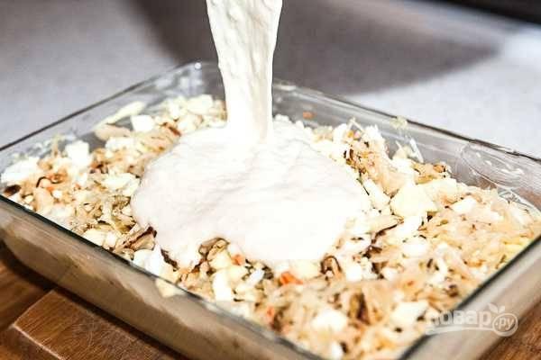8. Все, тесто готово. Половину вылейте в жаропрочную форму, выложите ровным слоем начинку и сверху залейте оставшимся тестом.