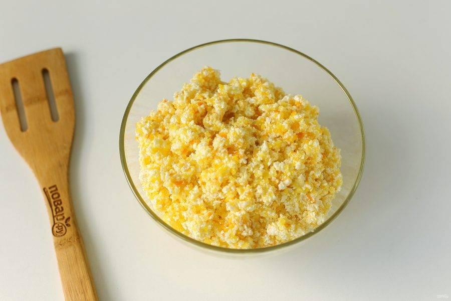 Соедините творог, измельченный апельсин, яйца и 0,5 стакана сахара. Перемешайте. Начинка готова.