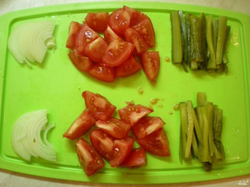 Подготовьте остальные ингредиенты: соломкой порежьте соленые огурчики, помидоры тоже порежьте кусочками небольшими, лук полукольцами.
