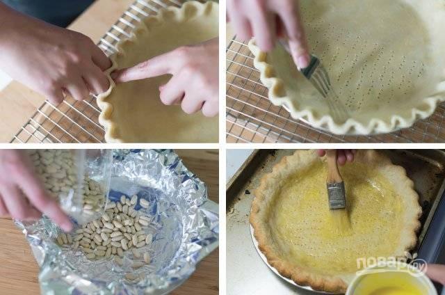 1. Разотрите в крошку просеянную муку со сливочным маслом. Добавьте сахар, соль, ледяную воду. Замесите тесто, на 10 минут отправьте в морозилку. После выложите в форму, сделайте проколы вилкой, застелите фольгой и присыпьте сверху горохом или фасолью. Отправьте в разогретую до 200 градусов духовку минут на 25. После достаньте, уберите фольгу, смажьте взбитым желтком и подрумяньте еще минут 5.