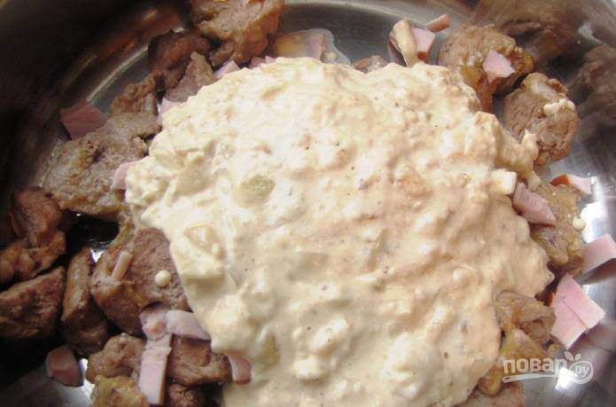 В сливочно-луковый соус кладем горчицу, перемешиваем. Поливаем соусом свинину, которая уже лежит в форме для запекания.