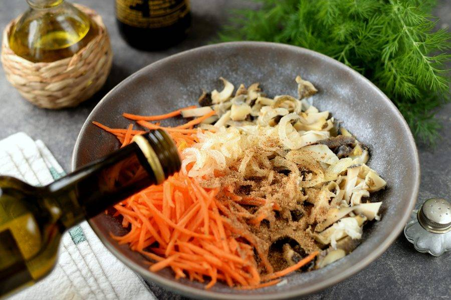 Всыпьте приправу для моркови по-корейски, добавьте измельченный чеснок, влейте уксус и соевый соус, чуть поперчите. Соевый соус добавляйте постепенно, если он концентрированный, то одной ложки будет достаточно.