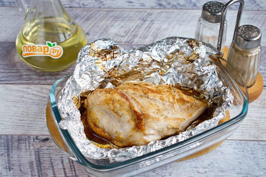 Оливковое масло и соевый соус соедините, перемешайте. Полейте смесью грудку, заверните в фольгу, поставьте запекаться в разогретую духовку на 30-40 минут при 180 ºC.