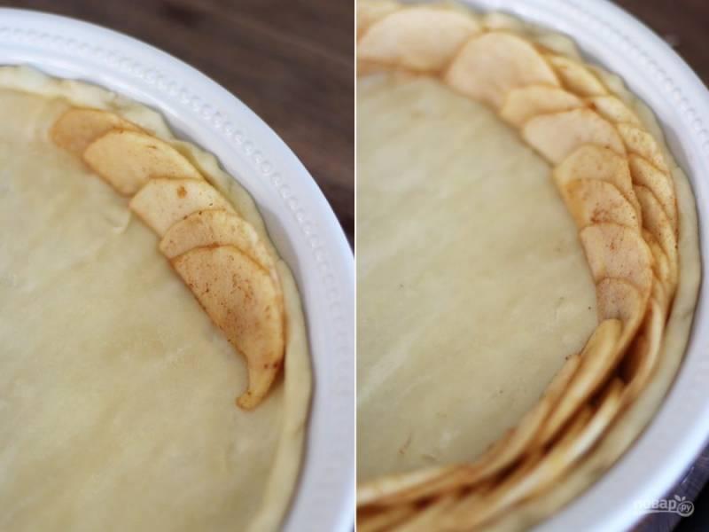 4.Раскатайте тонко тесто, выложите его в форму для запекания. По кругу выложите яблочные дольки.