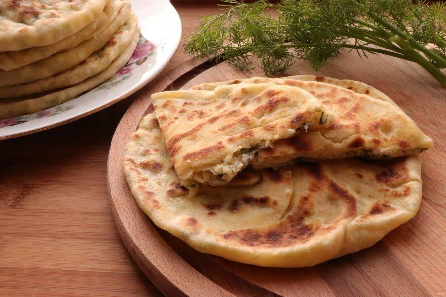 Готовые хачапури смажьте сливочным маслом. Подавайте горячими. Приятного аппетита!
