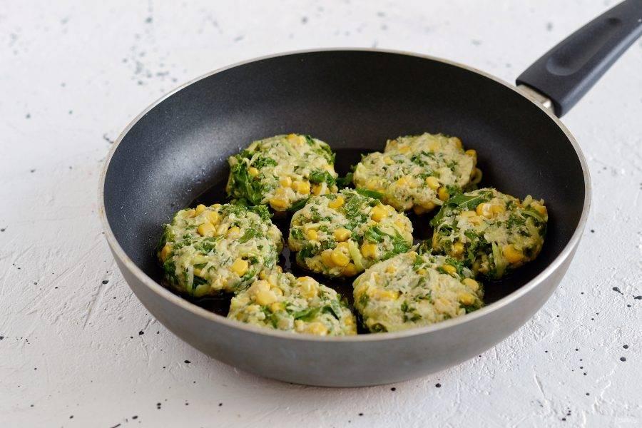Разогрейте сковороду на среднем огне. Выложите столовой ложкой овощную массу, придайте ей круглую форму. Жарьте оладьи по 4-5 минут с каждой стороны.