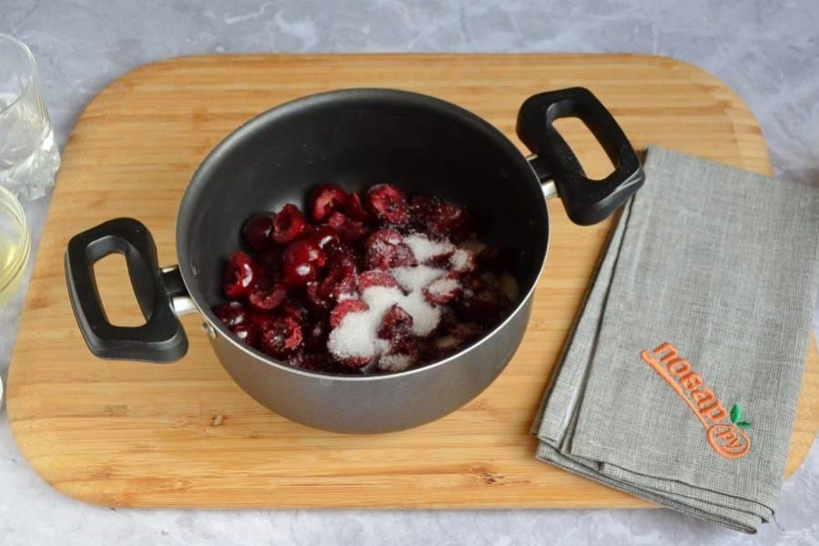 2. Освободите вишенки от косточек (я резала вишни на половинки и косточки сами выскакивали), добавьте ложку столовую сахара и проварите при слабом кипении 5 минут.
