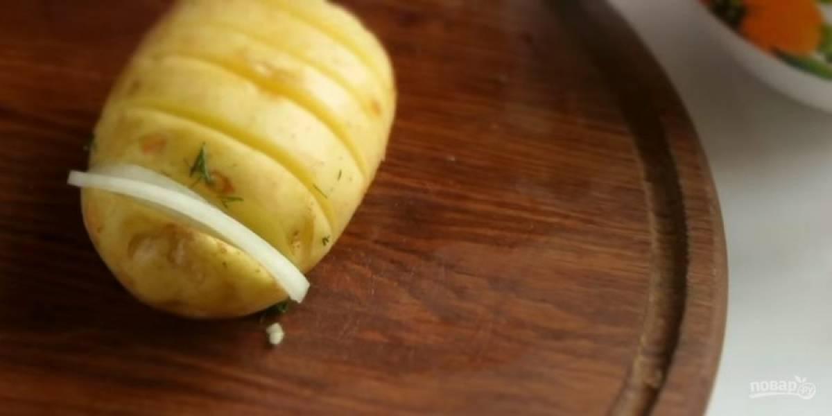 2.  Молодой картофель помойте и, не очищая, сделайте глубокие надрезы, не прорезая до конца, картофель должен получиться в виде гармошки.