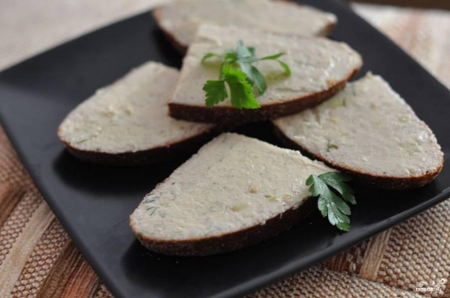 Готовое блюдо перед подачей можно охладить. Подавать форшмак можно в красивом блюде вместе с корзинкой хлеба, а можно намазать его на чёрный хлеб и подавать как порционную закуску.