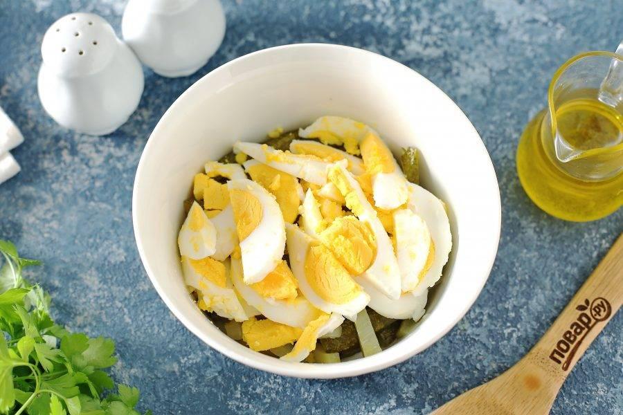 Добавьте нарезанные соломкой вареные яйца.
