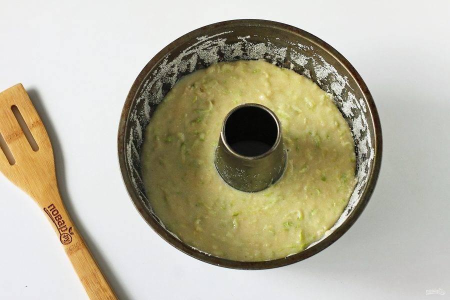 Форму для выпечки смажьте маслом и присыпьте манкой или мукой. Вылейте тесто и выпекайте в духовке при температуре 200 градусов около 30-40 минут.