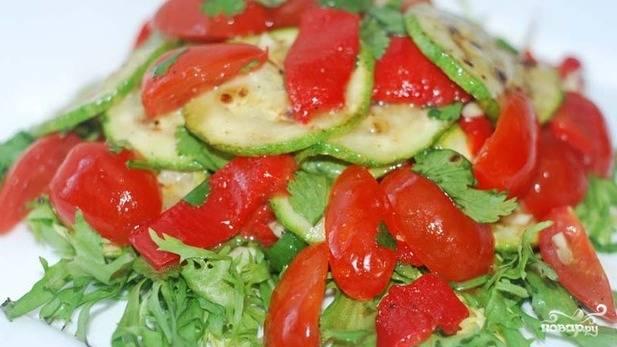На рукколу выкладываем салат. Теперь мы можем  подавать это великолепие к столу.