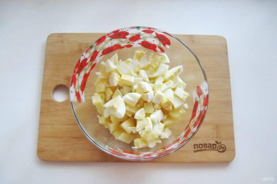 Яйца сварите вкрутую, охладите и очистите. Мелко нарежьте и добавьте в салат.