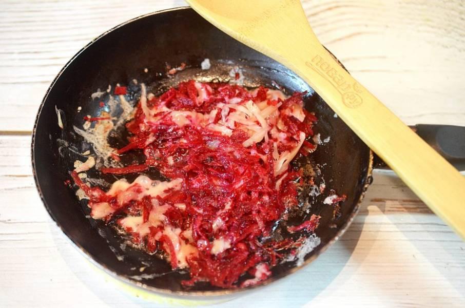 3. Добавьте натертый сыр и перемешайте.