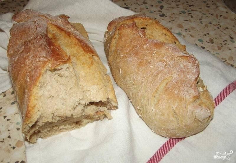 6. Проверьте готовность хлеба. Постучите по образовавшейся корочке. Глухой звук означает, что хлеб готов. Воспользуйтесь зубочисткой или спичкой – проткните корочку и убедитесь, что хлеб пропекся.