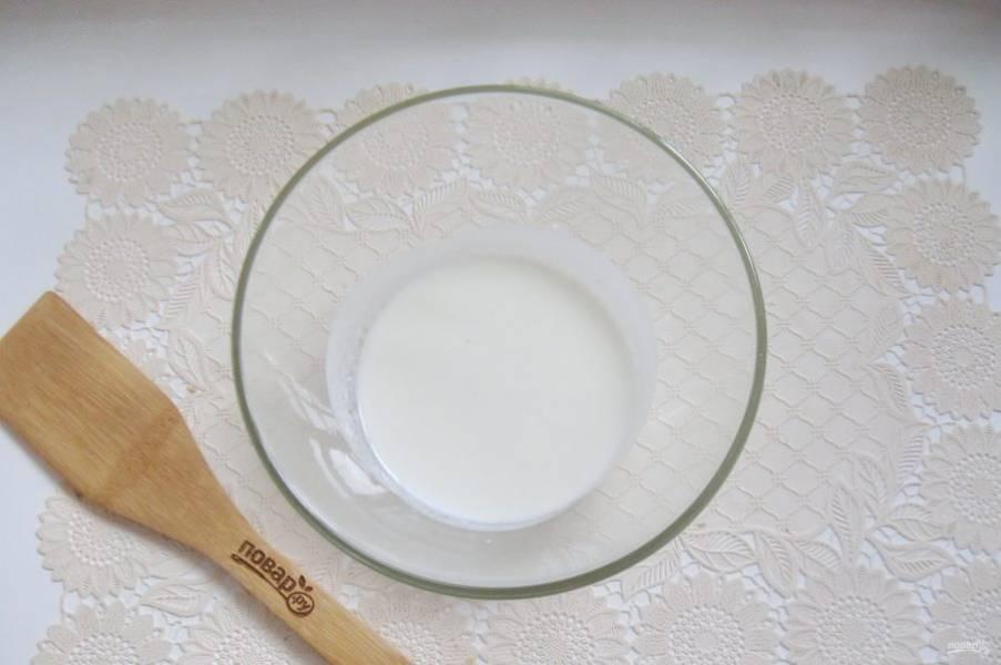 В миску налейте кефир.
