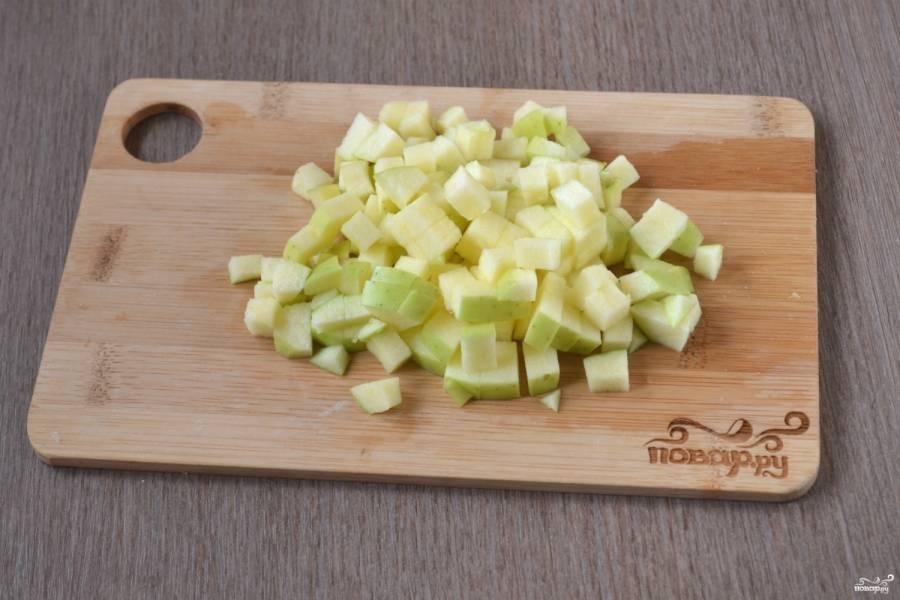 Яблоко порежьте мелкими кубиками, удалив сердцевину.