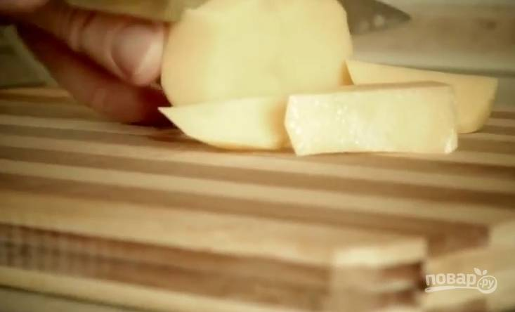 2. Картошку нарежьте средними кубиками. Рис промойте под проточной водой несколько раз. В готовый бульон переложите картофель и рис, варите 20 минут на среднем огне.