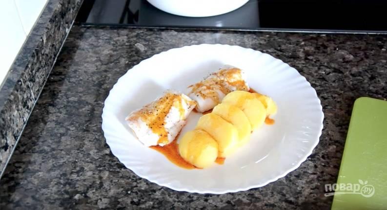 Готовую рыбку выкладываем на тарелку. К ней — вареный картофель. Поливаем все это ароматным маслом —и вуаля! Кушать подано!