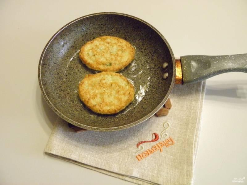 Осторожно переверните лопаткой оладьи — и обжарьте с другой стороны. Картофельные оладьи готовы! Снимите их с огня и подайте горячими к столу!