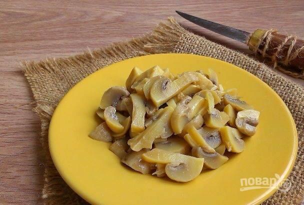 Нарежьте грибочки и филе.