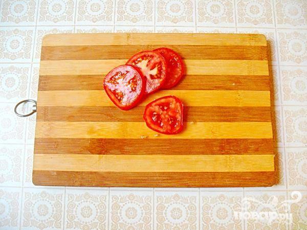 3.Займемся томатами: в проточной воде промываем томаты, и нарезаем их кружочками. В них содержатся антиоксиданты и много клетчатки. Недлительная тепловая обработка им не страшна.