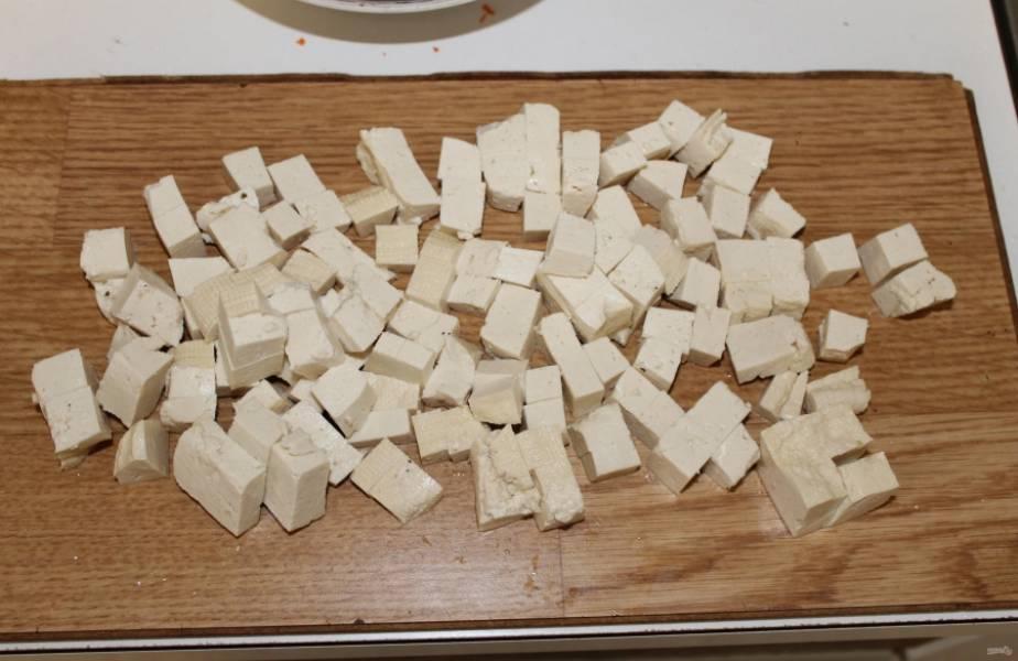 5.Сыр тофу нарезаю кубиком размером около одного сантиметра.