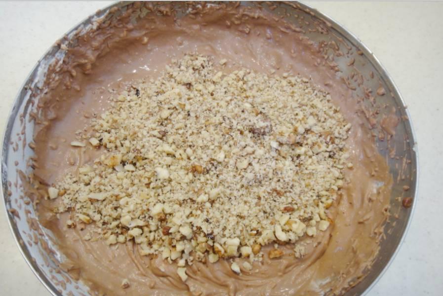 2. Смешаем до однородности творог, размягченное масло, сахар и сливки. А дальше эту массу разделим на две равные части, и в одну из них добавим шоколад. Перемешаем, добавим половину орехов.