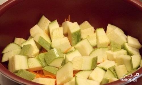 Кабачок и баклажан помойте, нарежьте их кубиками и отправьте к остальным овощам.
