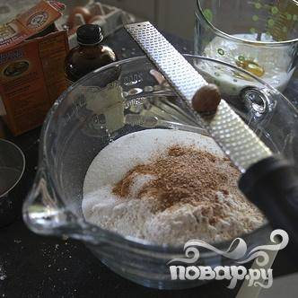 1. Выстелить один противень пергаментной бумагой и еще один противень двумя слоями бумажных полотенец. В большой миске перемешать муку, сахар, соду, разрыхлитель, соль, мускатный орех и корицу.