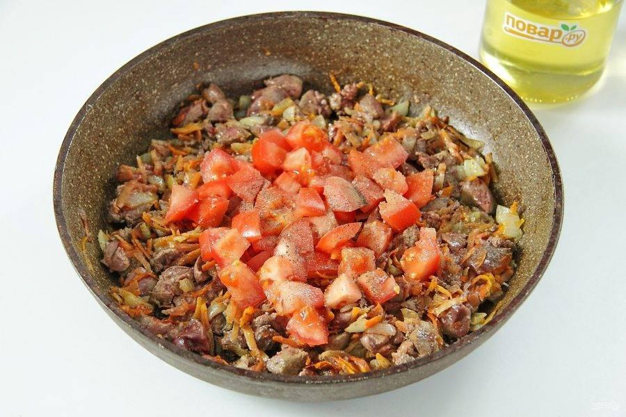 Потушите пару минут и добавьте нарезанный кубиками помидор, соль и специи по вкусу.