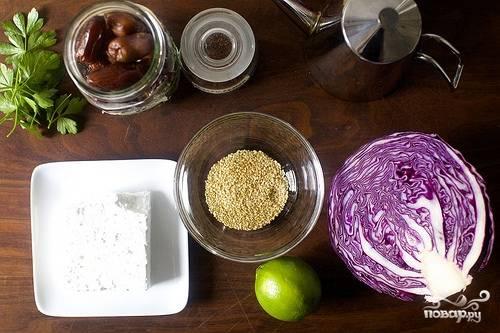 1. Капусту мелко шинкуем и мнем руками вместе с солью, чтобы стала мягче. Финики мелко нарезаем. Кунжут обжарим на сковороде без масла и остудим.