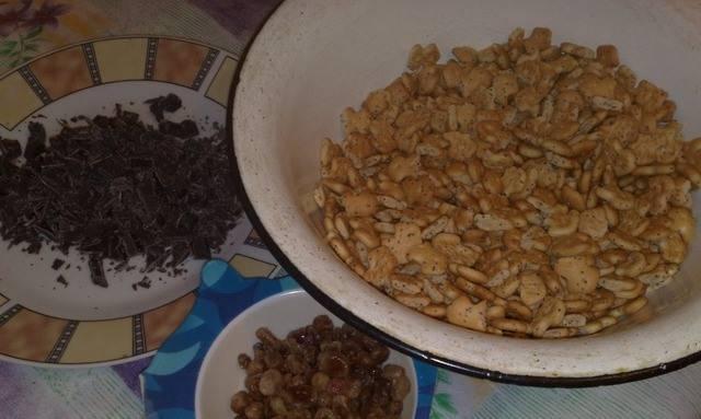 4. Изюм запариваем в кипятке и отцеживаем. Шоколад и крекеры измельчаем.