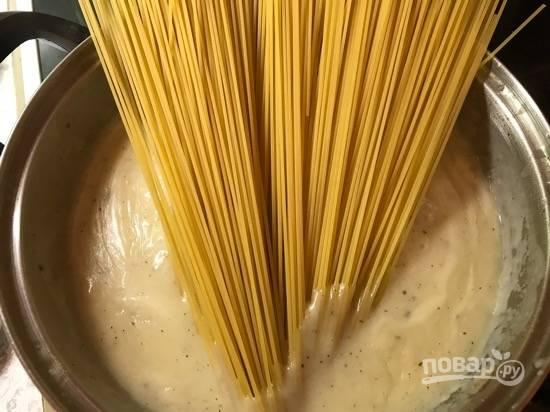 8. Когда смесь закипит, добавьте спагетти и оставьте их в кипящем соусе на 5 минут.