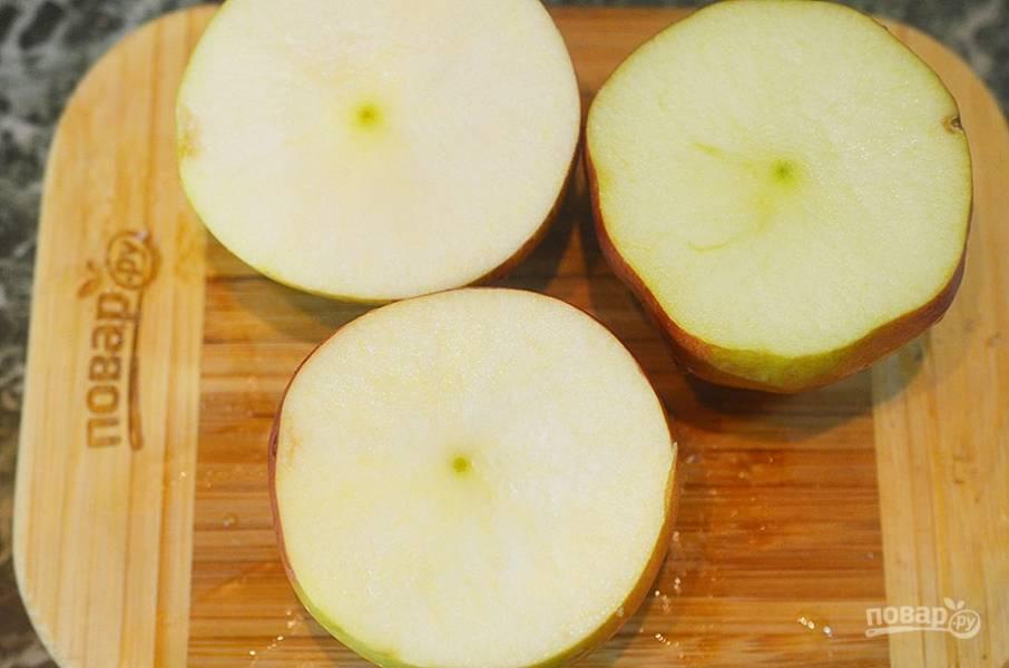 """5. У яблок срежьте """"крышечки""""."""