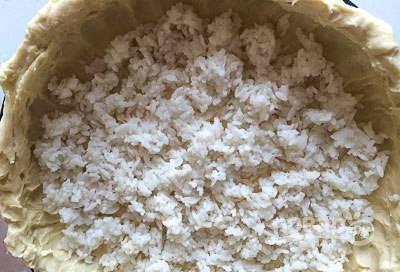 Первым слоем начинки выложите половину риса.